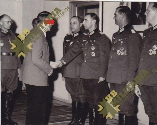 Foto Chef gratuliert Ritterkreuzträger-0