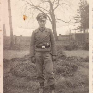 Foto junger Sturmgeschütz-Mann mit Auszeichnungen-0