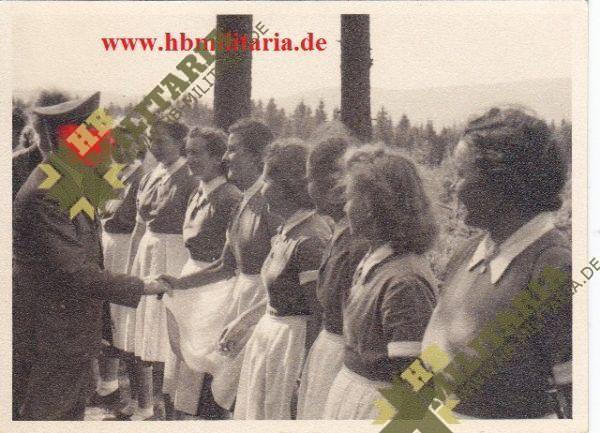 Foto: Der Führer begrüsst Arbeitsmaiden-0