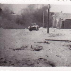 Foto Panzer durchquert Ortschaft-0