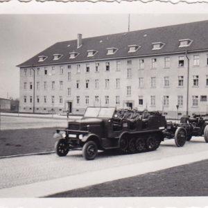Foto Halbkette mit Geschütz vor Kaserne-0