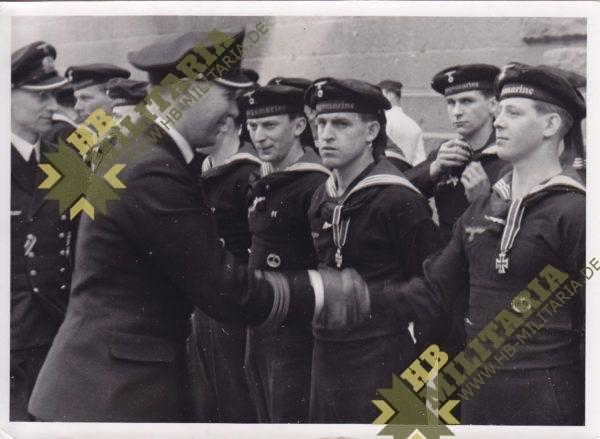 Foto Kapitänleutnant Krech gratuliert seine Männer -0