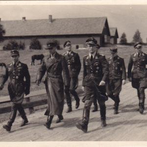 Ritterkreuzträger/ Offiziere der Luftwaffe auf dem Weg zur Besprechung-0