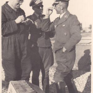 Foto Offiziere der Luftwaffe im Gespräch mit Mechaniker-0