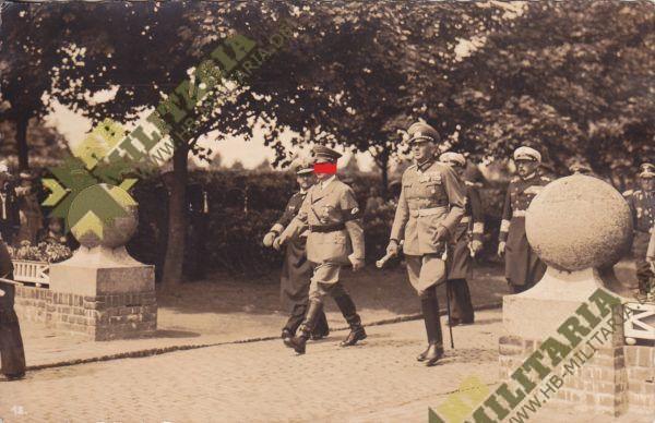 Foto der Führer verläßt den Ehrenfriedhof in Wilhelmshaven-0