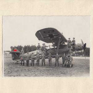 Foto Gruppe vor Aufklärer Henschel HS126. DK in Gold Träger W. Dreikauss.-0